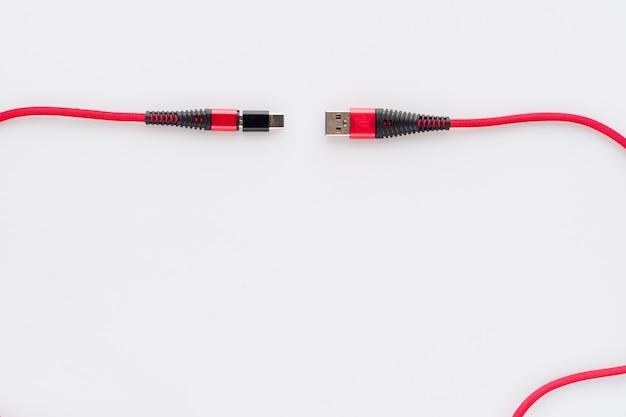 Laden und anschließen des roten kabels usb an micro mit typ c-adapter