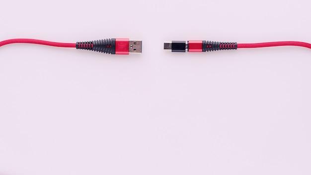 Laden und anschließen des roten kabels usb an micro mit typ c-adapter.