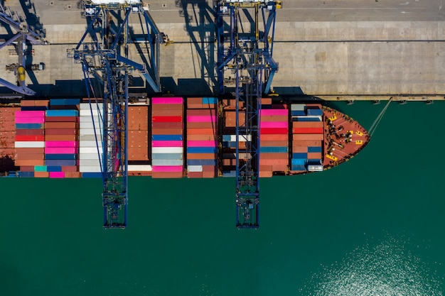 Laden und entladen von versandbehältern auf der seehafen-luftaufnahme thailand