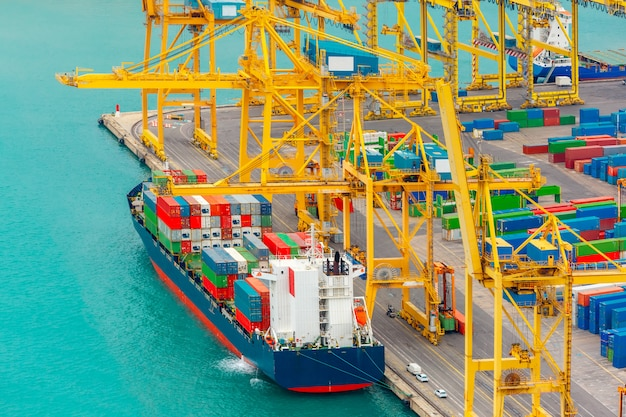 Laden von containern auf einem seefrachtschiff, barcelona