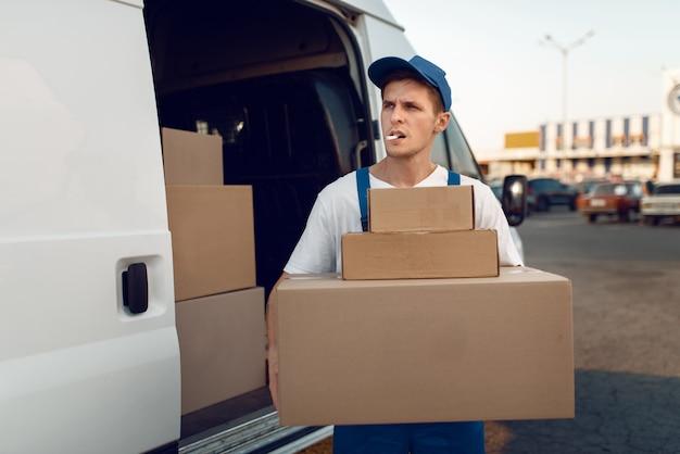 Lader hält paketstapel, lieferservice