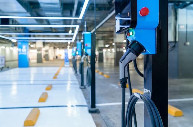 Ladestation für elektroautos zum laden der ev-batterie. stecker für fahrzeug mit elektromotor.