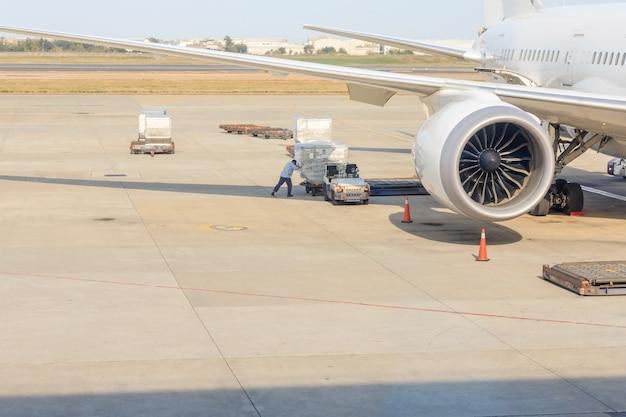 Ladung auf fahrzeug warten auf transport zum flugzeug am flughafen