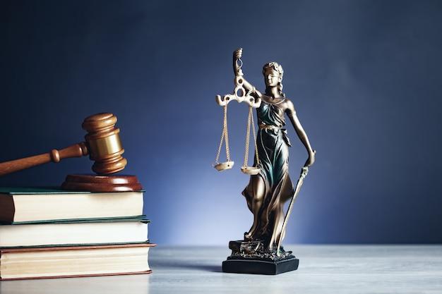 Lady justice mit hammer auf buch