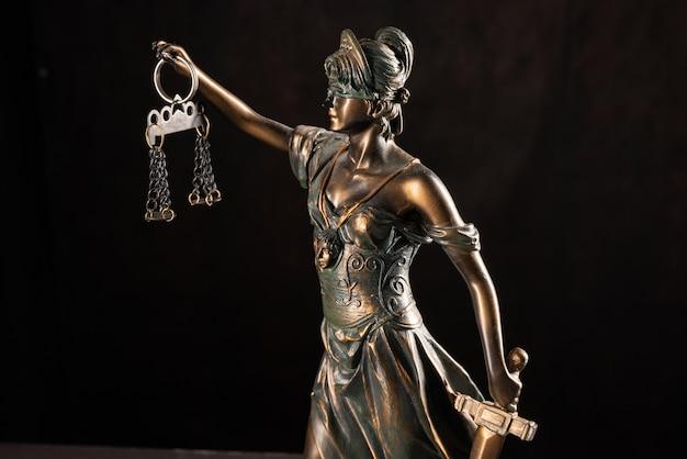 Lady justice oder themis oder justilia (göttin der gerechtigkeit) auf schwarzem hintergrund