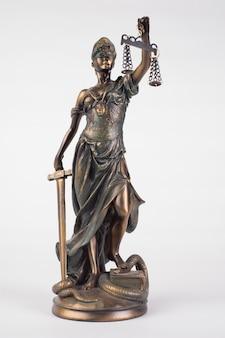Lady justice statue ist die griechische alte göttin. dies ist ein symbol der gerechtigkeit auf weiß isoliert.