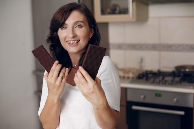 Lady lächelt in die kamera. konditor kocht in der küche. koch ruht sich aus.