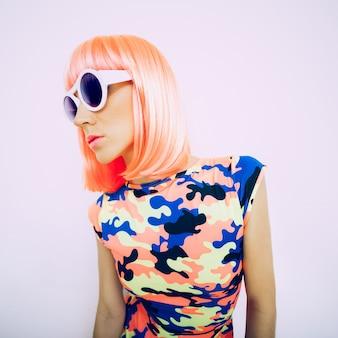 Lady-party-stil. glamouröses rosa haar