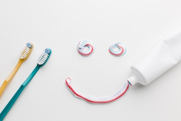 Lächeln aus zahnpasta