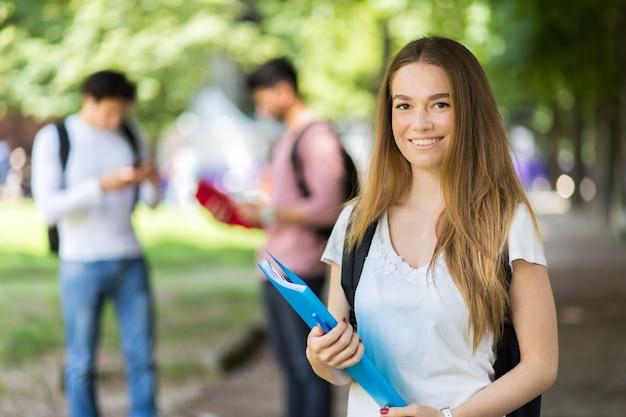 Lächeln der glücklichen studenten im freien