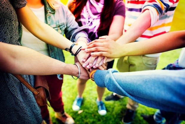 Lächeln frauen fröhliche teenager reden hipster