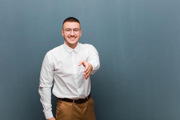 Lächeln, glücklich, selbstbewusst und freundlich aussehen, einen handschlag anbieten, um einen deal abzuschließen, kooperieren