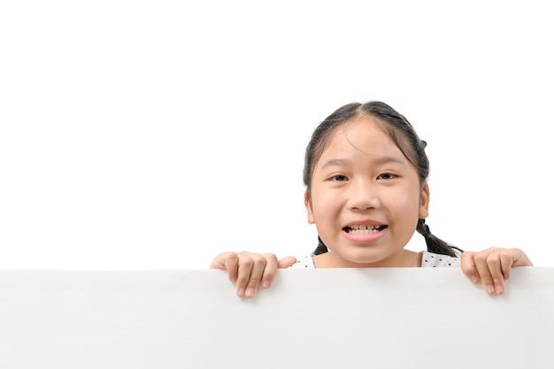 Lächeln mädchen halten weiße plakatwand