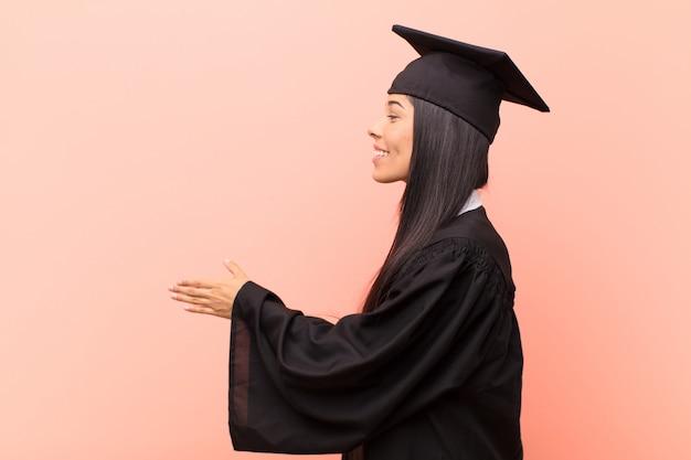 Lächeln, sie begrüßen und einen handschlag anbieten, um ein erfolgreiches geschäft abzuschließen, kooperationskonzept