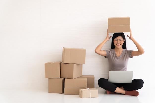 Lächeln sie für den verkaufserfolg, nachdem sie die bestellung im online-shop im home office überprüft haben