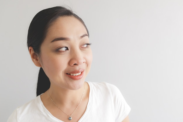 Lächeln und glückliche frau im weißen t-shirt.