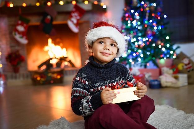 Lächelnd kind mit einem geschenk