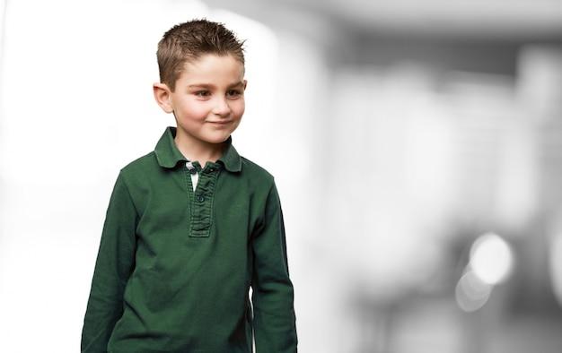 Lächelnd kind mit gummibärchen haar