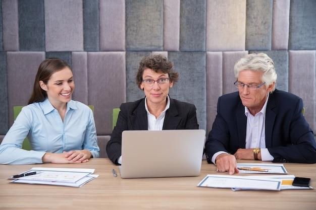 Lächelnd männliche unternehmer zuversichtlich, exekutive