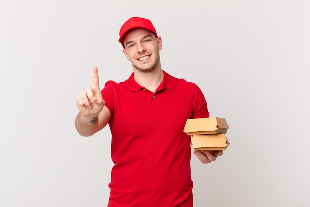 Lächelnd und freundlich aussehend, nummer eins zeigen oder zuerst mit der hand vorwärts, rückwärts zählen