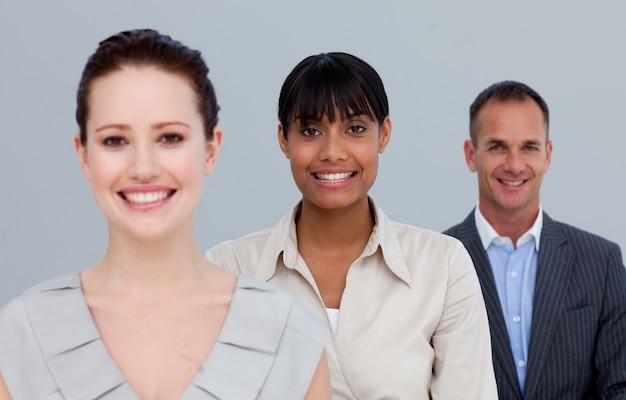 Lächelnd zwei geschäftsfrauen und ein geschäftsmann