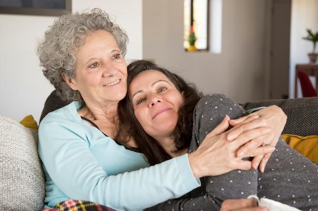 Lächelnde ältere frau, die freizeit mit geliebter tochter genießt