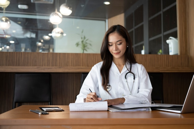 Lächelnde ärztin, die in der medizinischen klinik arbeitet.