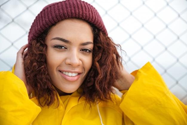 Lächelnde afrikanische junge dame, die draußen geht