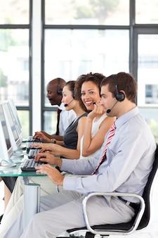 Lächelnde afro-amerikanische geschäftsfrau, die in einem call-center arbeitet