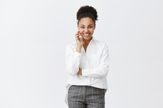 Lächelnde afroamerikanerfrau, die erfreut aussieht und geschäft beginnt