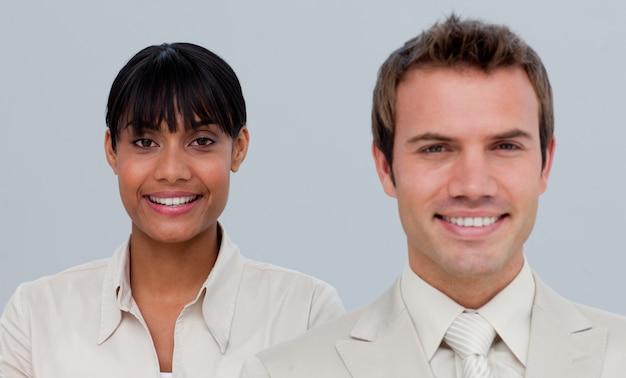 Lächelnde afroe-amerikanisch geschäftsfrau mit ihrem kollegen