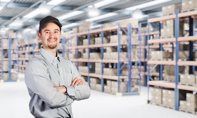 Lächelnde arbeitskraft im lager