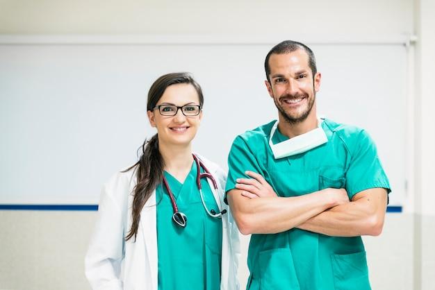 Lächelnde arzt- und krankenschwesterporträt