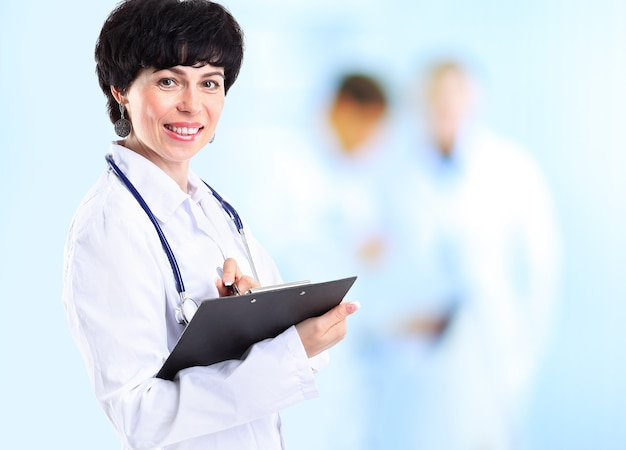 Lächelnde arztfrau mit stethoskop.