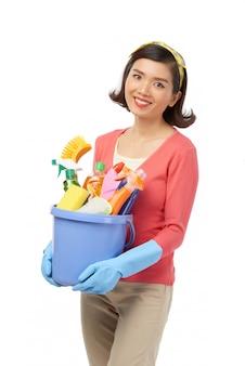 Lächelnde asiatische frau, die frühling sauber hat