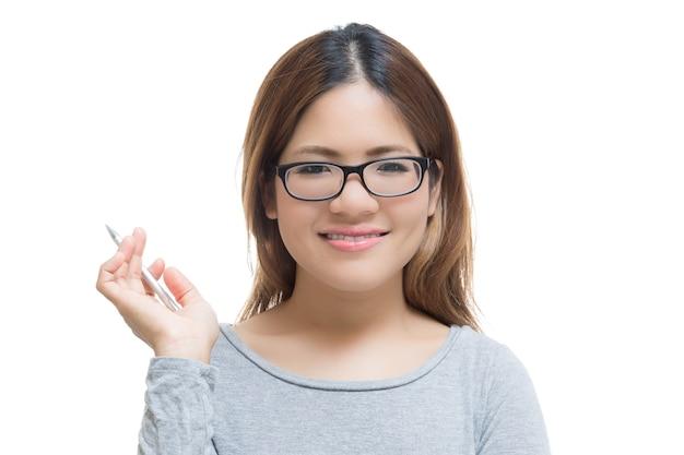 Lächelnde asiatische frau hand mit stift isoliert auf weiß