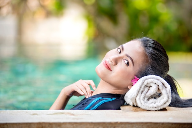 Lächelnde asiatische frau mit dem weißen entspannenden tuch