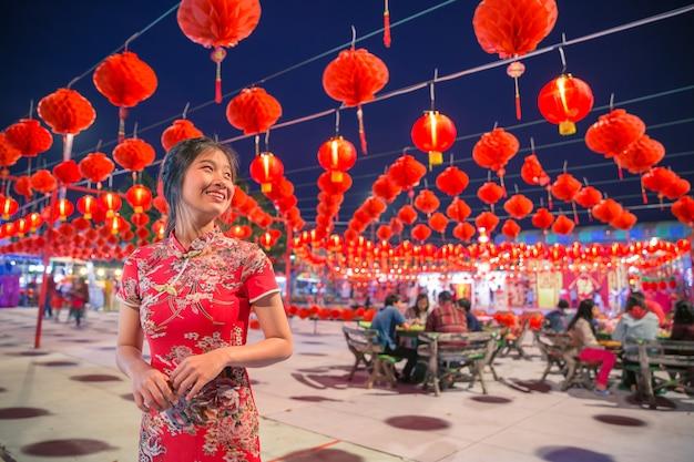 Lächelnde asiatische frau mit der roten laterne