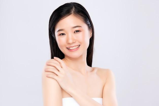 Lächelnde asiatische frau mit frisch leuchtender gesichtshaut