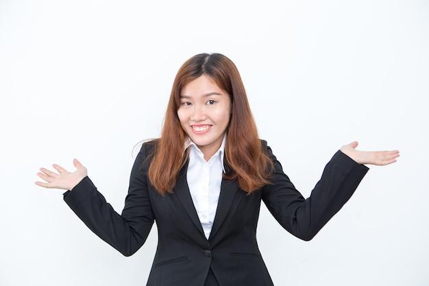 Lächelnde asiatische geschäftsfrau achselzucken