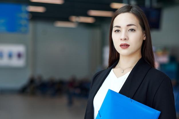 Lächelnde asiatische geschäftsfrau im modernen büro oder im konferenzzimmer