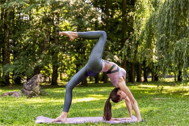 Lächelnde athletische frau tut yoga