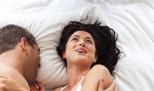 Lächelnde attraktive frau, die spaß mit einem mann hat