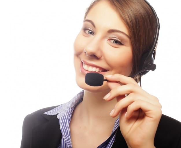 Lächelnde attraktive frau mit kopfhörer
