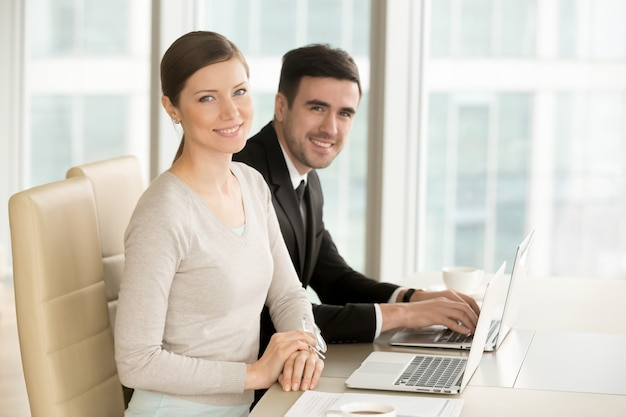 Lächelnde berufsgeschäftsfrau