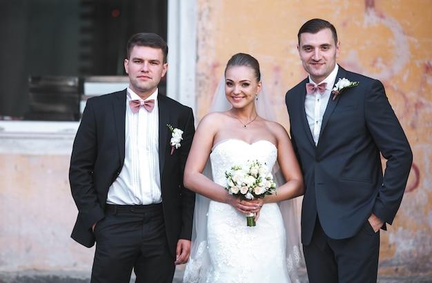 Lächelnde braut posiert mit groomsmen