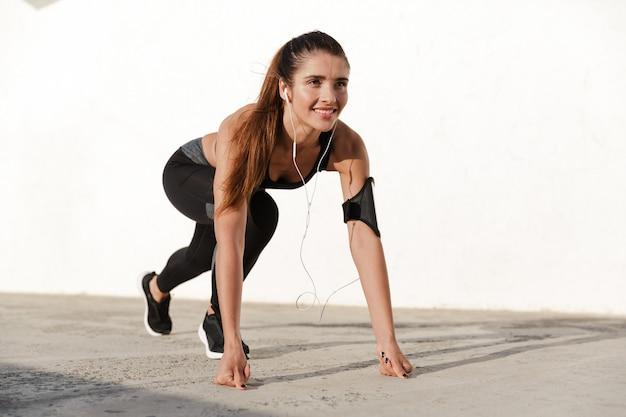 Lächelnde dame, die übungen während des trainings macht