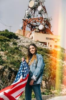 Lächelnde dame mit flagge
