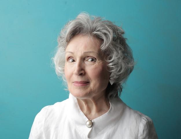 Lächelnde dame mit weißen haaren
