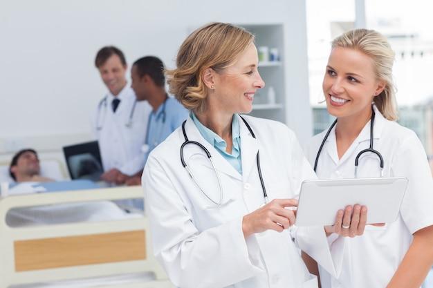 Lächelnde doktoren, die miteinander sprechen